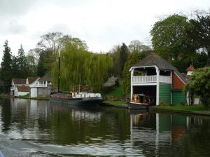 Des res - that's full length narrowboat in that boathouse....