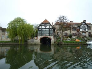 Fine house and boathouse upstream of Shillingford