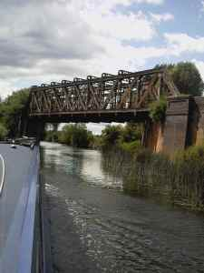 Disused railway bridge - hope someone gives it some TLC before it falls in the canal!