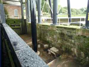 The space beneath the caisson is dry...
