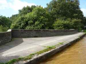 The attractively curved parapet of Snapes aqueduct