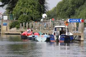 We bumped intot hie raft (and accompanying narrowboat) several times over the next few days - they were scout leaders taking boats up to Oxford for a weekend's scout camp....