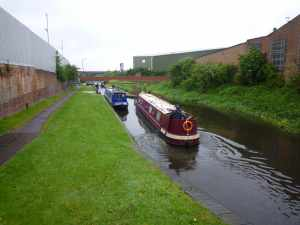 There are some short pounds between the Oldbury locks - and an usual amount of traffic :-D