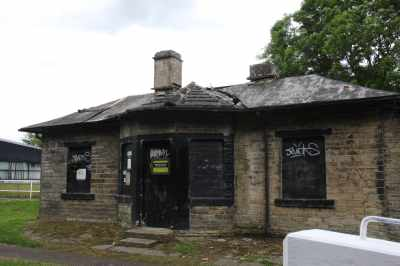 Brookfoot Lock Cottage - It's a Grade 2 listed structure - CRT want some development/funding ideas :-)