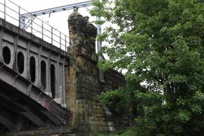 The railway viaduct in Wakefiled is really grand - the iron span is very delicate compared to the castellated stone piers...