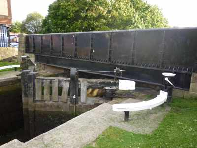 Canal builders have to be very inventive when there is not enough room for a gate beam...