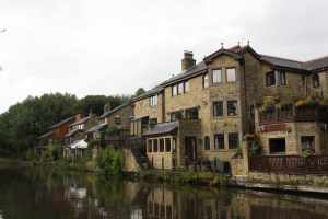 Pleasant moorings below Johnson's Hill Locks - the locals obviously take great pride in their canalside dwellings :-)