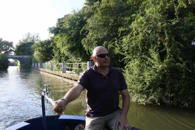 Lucio taking the helm just below St John's Lock - brve man - there'w work to be done on the hel to get through the meanders downstream...