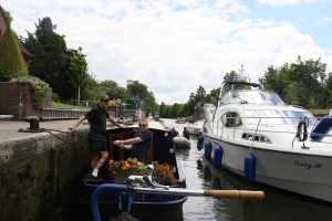 Richard the lock-keeper (blue T-shrt!) - it's a job he'd enjoy!